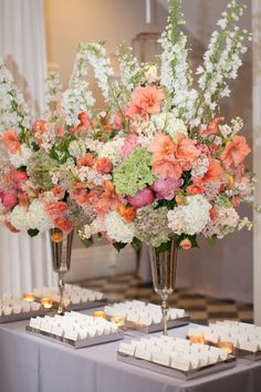 Pretty floral arrangement and escort cards stup! Photography By / http://hyerimages.com