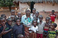 Tabitha festeggia con i suoi nipoti l'operazione di cataratta che le ha restituito la vista e la gioia di vivere.  http://www.sightsavers.it/il_nostro_lavoro/le_persone_che_avete_aiutato/19509.html