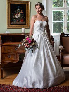 Schulterfreies Brautkleid in Pricess-Line aus der H&G-Kollektion. One Shoulder Wedding Dress, Wedding Dresses, Classic, Fashion, Dress Wedding, Bridal Gown, Curve Dresses, Bride Gowns, Wedding Gowns