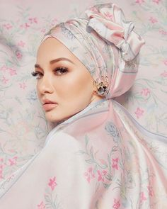 Neelofa Fleur de Lofa is finally here in all its flower power glory! The 6 shades collection is available for purchase today so get yours now… Model Poses Photography, Clothing Photography, Flower Power, Scarf Display, Hijabi Girl, Turban Style, Beautiful Hijab, Mode Hijab, Scarf Hairstyles