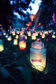 Mason jars and glow sticks. Snap the glow sticks so they glow, then cut them and pour the liquid in the mason jar. You can put flower petals in the jar for added effect, such as white rose petals to soak up the liquid. Mason Jars, Mason Jar Lanterns, Mason Jar Crafts, Candle Jars, Fairy Lanterns, Paper Lanterns, Garden Lanterns, Glass Lanterns, Candle Holders