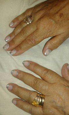 Francesa en plata semipermanente, uña natural con decoración de cristales color plata. María.