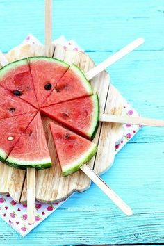 Summer Picnic Hacks and Ideas for Outdoor Movie Nights Sommer Picknick Ideen Wassermelone am Stiel Watermelon Hacks, Watermelon Pizza, Watermelon On A Stick, Watermelon Popsicles, Eating Watermelon, Watermelon Designs, Watermelon Slices, Deco Fruit, Outdoor Movie Nights