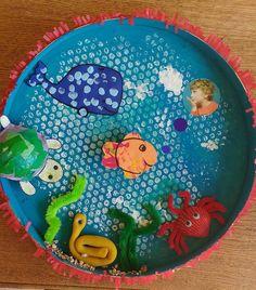 Cadeau voor moeder en vader | onderwaterwereld knutselen | Moederdag vaderdag 2018? Sea Theme, Camping Crafts, Easy Crafts For Kids, Preschool, Kids Rugs, Strand, Science, Pisces, Colors