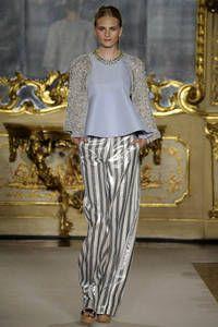 Les Copains – Die Themen, Farben und Formen des italienischen Fashionsommers stehen fest. Über 60 Designer zeigten bei der Mailänder Modewoche ihre Kreationen. Welche Trends der Südwind in der kommenden Sommer-Saison zu uns tragen wird, sehen Sie hier