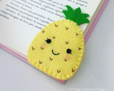Gifts for young readers.Back to school bookmark. Felt Crafts Diy, Felt Diy, Fabric Crafts, Sewing Crafts, Sewing Projects, Crafts For Kids, Clay Crafts, Corner Bookmarks, How To Make Bookmarks