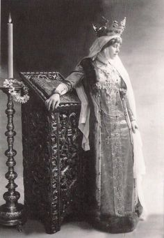Queen Marie of Romania in the attire specific to the wives of Wallachian or Moldavian Medieval rulers. Queen Mary, King Queen, Vintage Photographs, Vintage Images, Romanian Royal Family, Blue Bloods, Royal Jewels, Kaiser, Queen Victoria