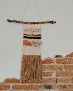 ~ TAPIZ LAIA ~  Hasta ahora no había puesto nombre a ningún #tapiz pero éste ya lo tenía antes de tejerlo. Fue un regalo para… Textile Art, Textiles, Instagram, Tapestries, Weaving Looms, Gift, Cloths
