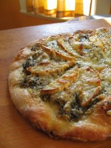 pear-pizza with red onion and walnut pesto Sounds weird but it is amazing! Pizza Recipes, Brunch Recipes, My Recipes, Starter Recipes, Favorite Recipes, Pear Pizza, Gorgonzola Pizza, Walnut Pesto, Amelia Bedelia