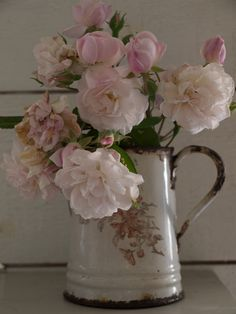 An old rose bouquet in a vintage enamel jug- floral home decor My Flower, Pretty In Pink, Beautiful Flowers, Beautiful Life, Beautiful Things, Beautiful Pictures, Deco Floral, Arte Floral, Decoration Shabby