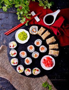 Domowe sushi: hosomaki, futomaki, uramaki #intermarche #sushi Sushi, Napkins, Table Decorations, Tableware, Home Decor, Dinnerware, Decoration Home, Towels, Room Decor