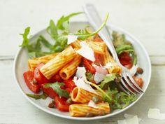 Rezept: Scharfer Pastasalat mit Tomate, Kapern und Rucola