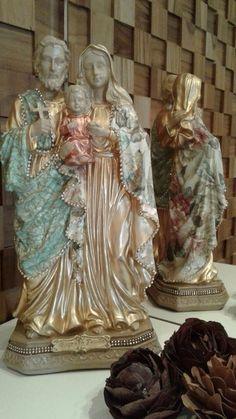 Imagem em gesso com acabamento em decoupage e strass. Religious Pictures, Religious Art, Glazing Techniques, Decoupage, Holy Family, Blessed Mother, Santa Maria, Nativity, Religion