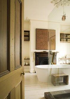 Wiejska łazienka z nowoczesną wanną