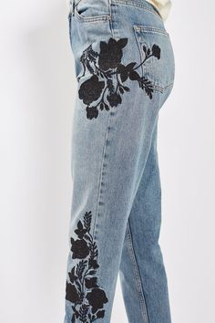 Crafted from pure cotton, our MOTO Mom jeans come in authentic rigid-look denim. Cut with a high-waist and a tapered leg, they feature multiple pockets and pretty floral embroidery to the sides. Wear them folded at the cuffs to keep them looking cool.