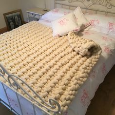 Beautiful cream Loop May Kingsize bed throw. A special Christmas gift for a special someone. Knitted Blankets, Merino Wool Blanket, Giant Knitting, Extreme Knitting, Big Knits, Chunky Wool, Bed Throws, Beautiful Hands, Christmas Gifts
