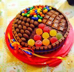 Torta al cioccolato, kit kat, caramelle ... Golosissima .