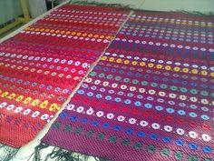 Äkin kankurit erttu sai aikaan oikean orvokkimattobuumin ja onhan se niin nättiä mattoa. Tässä Tertun sängynvierusmattoja. Liisa kutoi torstaina valkoisella pohjalla orvokkeja ja Irma aloittaa maanantaina! Minunkin tekisi niin mieli kutoa orvokkia! Swedish Design, Recycled Fabric, Woven Rug, Loom, Hand Weaving, Recycling, Flooring, Blanket, Crochet