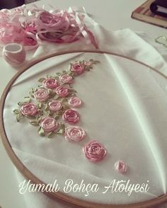 Wonderful Ribbon Embroidery Flowers by Hand Ideas. Enchanting Ribbon Embroidery Flowers by Hand Ideas. Ribbon Embroidery Tutorial, Hand Embroidery Flowers, Flower Embroidery Designs, Silk Ribbon Embroidery, Hand Embroidery Patterns, Lace Applique, Embroidery Thread, Ribbon Art, Ribbon Crafts
