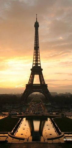 Awesome picture of the Eiffel Tower in Paris, France