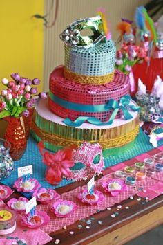 Para reforçar o clima de Carnaval, tema deste aniversário de cinco anos, confetes de papel foram espalhos sobre a mesa do bolo