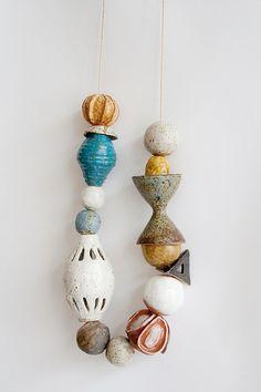 Preciosas piezas cerámicas como collar