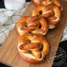 Rezept für feine Laugenbrezen die schmecken wie frisch vom Bäcker. Die richtige Beilage zu Weisswürsten und Senf. Abgucken von einer Bäckerin-Konditorin.