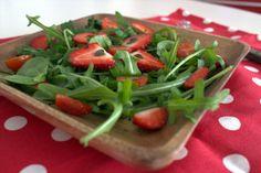 Salada de folhas verdes com morango, tomate cereja e hortelã. Blog De Cozinha em Cozinha passando pela Minha