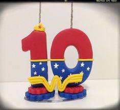 Vela Mulher Maravilha Wonder Woman Cake, Wonder Woman Birthday, Wonder Woman Party, Number Cake Toppers, Number Cakes, Fondant Toppers, Fondant Numbers, Fondant Letters, 3d Cake Tutorial