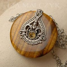 I like how the intricate wire wrapping is inside the hole in the middle of the stone. I'd love to find a tutorial for this Wire Pendant, Wire Wrapped Pendant, Wire Wrapped Jewelry, Bijoux Wire Wrap, Bijoux Diy, Copper Jewelry, Beaded Jewelry, Jewelry Necklaces, Wire Bracelets