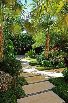Y porque no,  la entrada de la casa también hacerla estilo tropical...no sé también me gusta estilo campestre ...