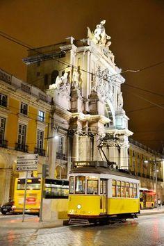 Portugal-Reise: Lissabon: Lieber zuckeln als ruckzuck - via BZ Berlin 25.05.2013 | Foto: Die schöne alte Electrico an der Praça do Comércio