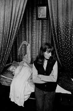 Mother and sleeping child, single end tenement flat, Glasgow Maryhill 1971 Great Photos, Old Photos, Gorbals Glasgow, Birmingham, Map Of Britain, Powerful Pictures, Glasgow City, Glasgow Scotland, Documentary Photographers