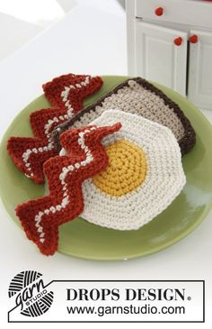 Ham & Eggs - Crochet breakfast with bread, bacon and eggs, crocheted in DROPS Paris - Free pattern by DROPS Design Fruits En Crochet, Crochet Food, Crochet Kitchen, Cute Crochet, Crochet For Kids, Crochet Crafts, Crochet Dolls, Crochet Baby, Crochet Projects