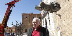 Eduardo Arroyo, en la foto bajo el Unicornio que diseñó para Puerta Castillo, inaugura mañana exposición en El Prado. - jesús f. salvadores