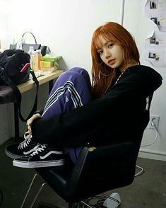 Lisa is gorge af Jennie Lisa, Blackpink Lisa, Forever Young, Lisa Instagram, Lisa Black Pink, Lisa Blackpink Wallpaper, Blackpink Photos, Kim Jisoo, Blackpink Fashion