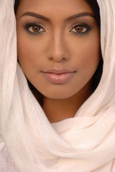 Natural makeup for dark skin tones. Classic matt finish. #MexicanHairstylesForWomen