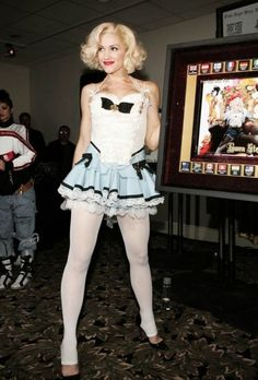 Gwen Stefani sexy dress with sheer white pantyhose and heels Gwen Stefani Mode, Gwen Stefani No Doubt, Gwen Stefani And Blake, Gwen Stefani Style, Gwen Stefani Legs, Gwen Stefani Pictures, White Tights, Le Jolie, Celebrity Outfits
