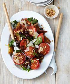 Tomatensalat. Tomaten. Oliven. Basilikum. Parmesan. Baguette.