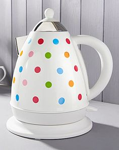 A classic yet contemporary Rainbow Spot stainless steel kettle with colour dots reflective of the latest trend palettes to add a splash of style to any kitchen!