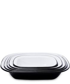 The perfect addition to your kitchen cookware collection, this classic enamelware Falcon pie set features five different size dishes ideal for a variety of uses.