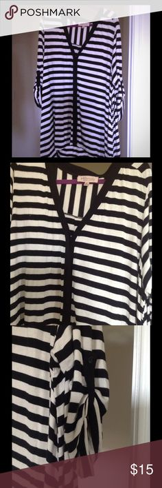 🎹🎹🎹Philosophy Republic Top🎹🎹🎹 🎹🎹🎹Really nice black and white striped button down top. Very comfortable loose fitting top. The sleeve can be buttoned for a gathered look or unbuttoned. It's made from 95% rayon and 5% spandex.🎹🎹🎹 Philosophy Tops Button Down Shirts