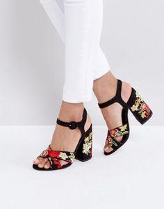 Sandalias de tacón con plataforma y diseño de tapiz de New Look