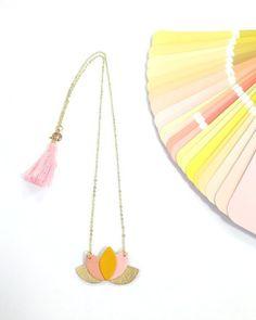 Chaîne fine et fermoir dorés, pompon décoratif rose malabar Pendentif  en pétales de cuir rose clair et rose foncé, doré et jaune.     Longueur de la chaîne: env. 50 cm   - 20418635