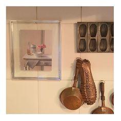 WEBSTA @ studiodalu - Lembra que mostrei essa fotografia, de um dos meus livros preferidos?! ( ele até entrou no meu ultimo post lá no @studiolabdecor !) Uma querida seguidora  comentou que a foto merecia uma moldura. Foi o que fiz, e pra não perder a receita, emoldurei só com vidro sem paspatur ! Eu adorei! 💘💘💘 #quadro #moldura #casaedecor #nacozinha