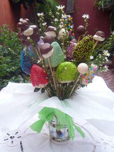 Arreglo con Mug, 12 fresas achocolatadas, masmelos y uchuas, a solo $30.000. Contactanos 3144359644 - 4856483
