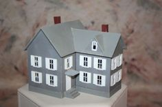 HO-SCALE-PLASTIC-HOUSE-GRAY-amp-WHITE-2-STORY-FINISHED-KIT-MODEL-RR-TRAIN-LV