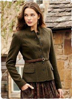 Tweed Military Jacket : Impeccably tailored with a stand collar and French seaming, the herringbone jacket is cut from a velvety fabric of baby alpaca acrylic and polyamide lined. Look Fashion, Winter Fashion, Womens Fashion, Sporty Fashion, Ski Fashion, English Country Fashion, Casual Chique, Look Vintage, Mode Inspiration