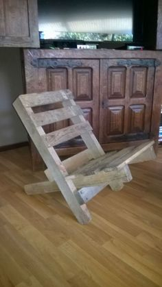 A comfortable stackable chair & easy to store made from one pallet. Une chaise confortable et … Pallet Chair, Wood Pallet Furniture, Diy Chair, Woodworking Furniture, Wood Pallets, Diy Furniture, 1001 Pallets, Pallet Benches, Pallet Tables