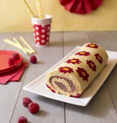 Je continue mes décors de gâteau roulé en corsant un peu les choses : après le gâteau roulé girly à pois, voici des petites fleurs ! Garni d'une onctueuse crème aux framboises, c'est un délice !